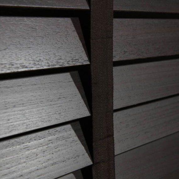 Abachi-hout laat zich niet alleen prima bewerken, maar is ook vochtbestendig. Dat maakt deze Afrikaanse houtsoort met grove nerf een uitstekende keuze voor vochtige ruimtes zoals je badkamer. En ook andere ruimtes in huis of kantoor krijgt met deze duurzame, kwalitatieve houtsoort gegarandeerd een natuurlijke, luxe uitstraling.