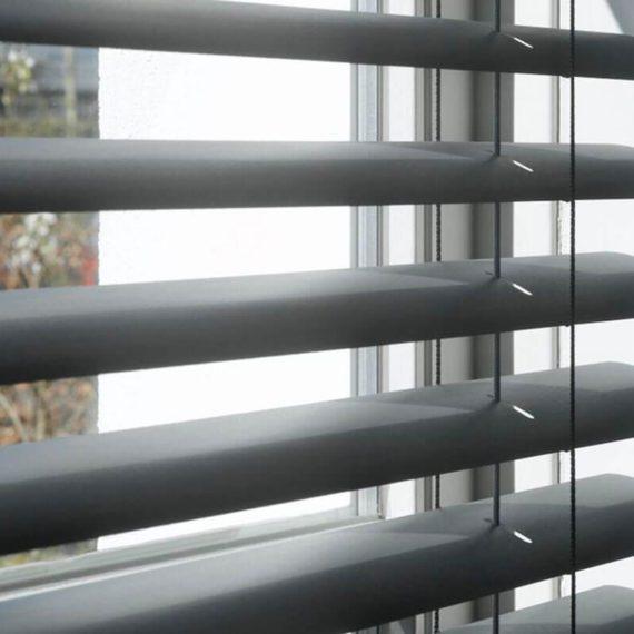 Meer liefhebber van strak en modern? Dan zijn onze aluminium jaloezieën perfect voor jouw huis of kantoor. Aluminium jaloezieën zijn niet alleen fraai, maar ook praktisch. Ten eerste kun je de hoeveelheid lichtinval, en dus sfeer, zeer nauwkeurig bepalen. Daarnaast zijn ze erg vormvast en makkelijk in onderhoud. En, last but not least: van alle jaloeziesoorten is aluminium het meest warmtewerend. Op warme dagen houdt het de zon tegen, op koudere dagen isoleert het juist.