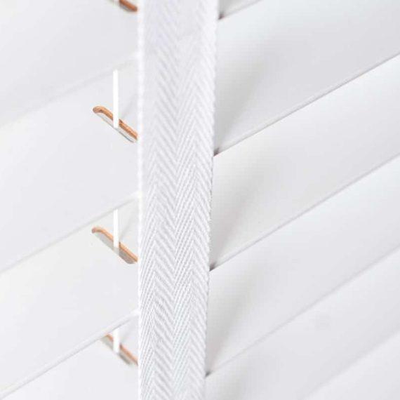 Wij voeren lindenhouten jaloezieën in diverse kleuren en breedtes tot wel 3600 mm breed. Jij kiest ook de bedieningszijde en houten sierlijst. Valt je keuze op lindenhouten jaloezieën van 50 of 63 mm? Dan kunnen we het ladderkoord vervangen door een ladderband om een stijlvol 'shuttereffect' te creëren.